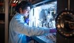 Gastwissenschaftler Tokushi Sato arbeitet an der Probenkammer des SPB/SFX-Instruments. Copyright: European XFEL